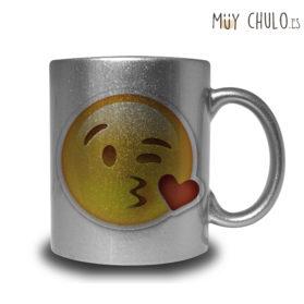 Emoji taza besito con corazón